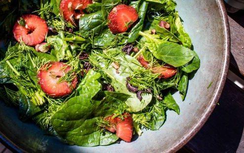 Σαλάτα με σπανάκι, φράουλες και αποξηραμένες ελιές