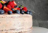 Σοκολατένια τούρτα με κόκκινα φρούτα και ροζ cream cheese frosting