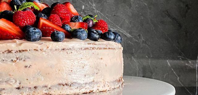 Σοκολατένιο κέικ με κόκκινα φρούτα και ροζ cream cheese frosting