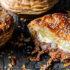 Πώς θα φτιάξεις ατομικές πίτες με σφολιάτα, μοσχάρι και chili