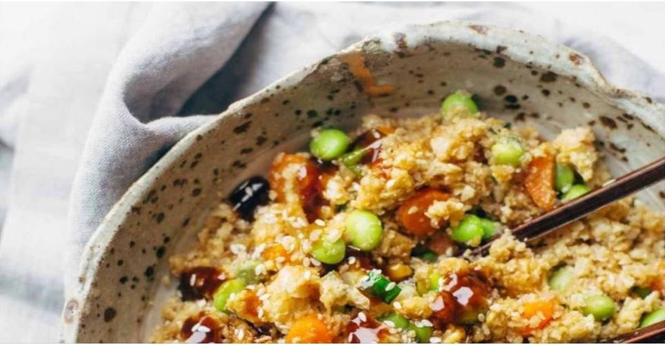 Η συνταγή για εύκολο τηγανητό ρύζι κουνουπιδιού