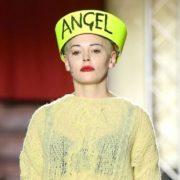'Εντονα χρώματα, φλοραλ και μηνύματα στην Εβδομάδα Μόδας του Λονδίνου