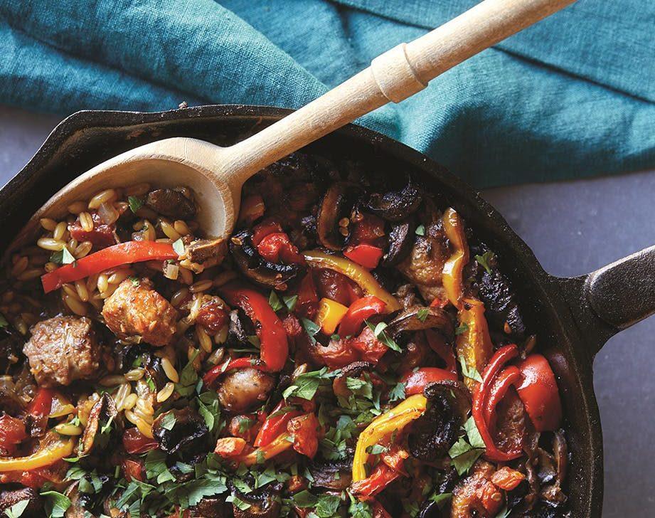 Λουκάνικα κοτόπουλου, καστανό ρύζι και πιπεριές
