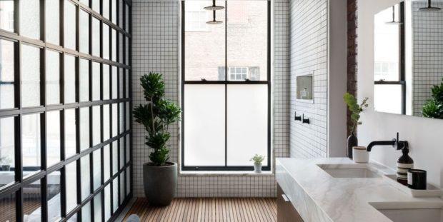Μια ματιά στο μπάνιο της ηθοποιού Sophia Bush θα σε κάνει να θέλεις να ανακαινίσεις το δικό σου