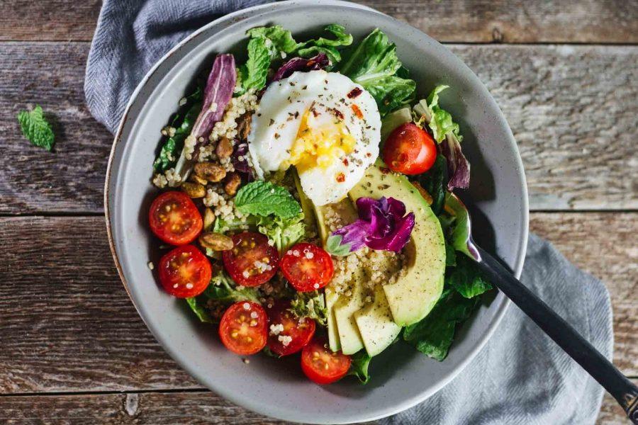 Σαλάτα με βραστά αυγά και αβοκάντο