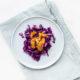 Σαλάτα με κόκκινο λάχανο και φυστικοβούτυρο