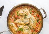 Κοτόπουλο με σπανάκι, ντοματίνια και σάλτσα από λευκό κρασί