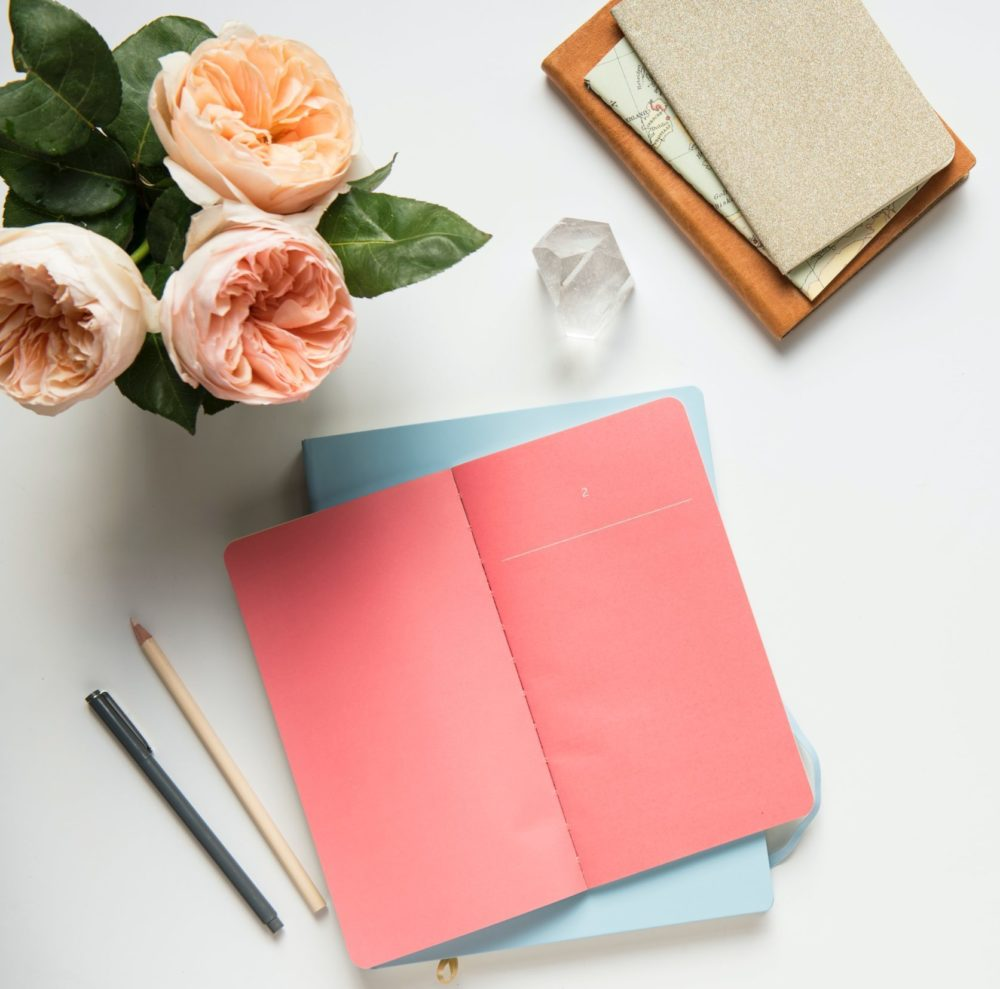 Στο σημειωματάριο βλέπεις την αντανάκλαση του εαυτού σου, την εξέλιξη σου, τις σημαντικές ημερομηνίες της ζωής σου και όλα όσα συνθέτουν αυτό που είσαι σήμερα.