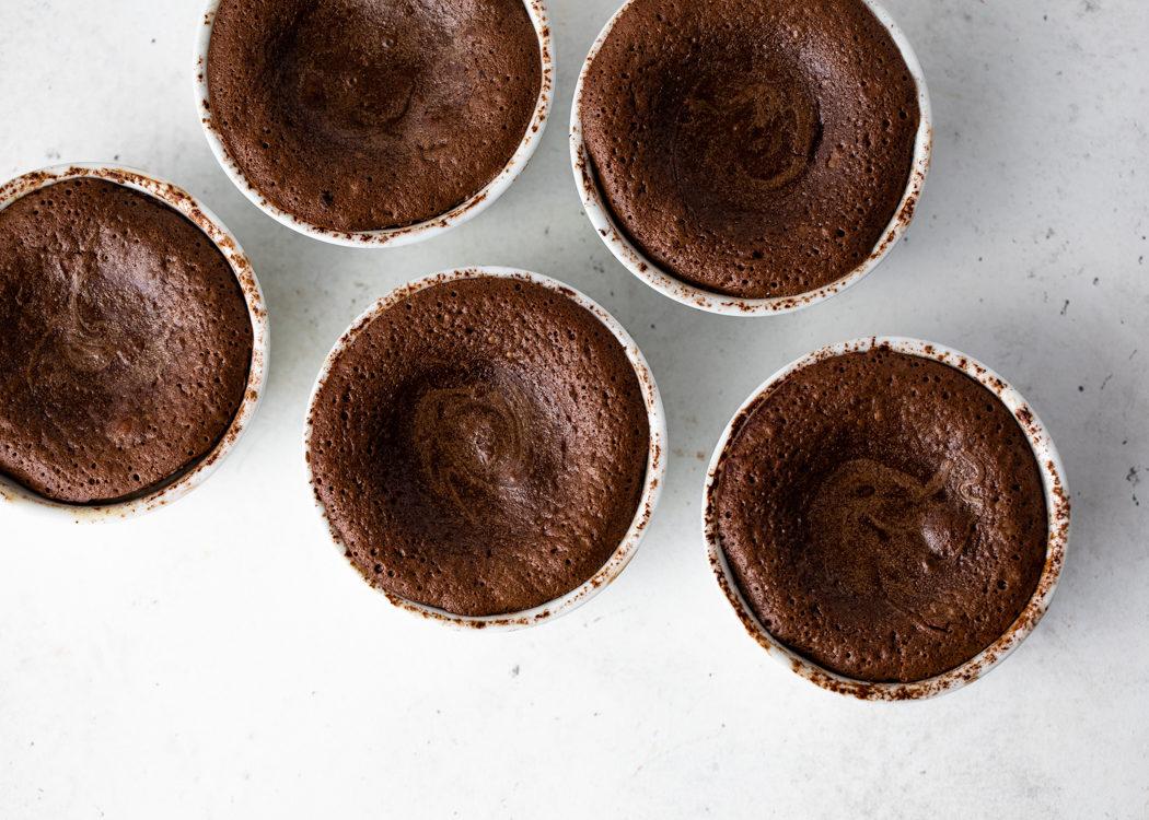 Εύκολο σοκολατένιο κέικ με ρευστή σοκολάτα