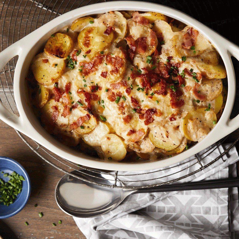 Πατάτες στον φούρνο με cheddar, μπέικον και σχοινόπρασο