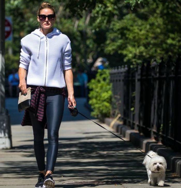 Η OLivia Palermo κανει τη βολτα με τον σκυλο να μοιαζει chic