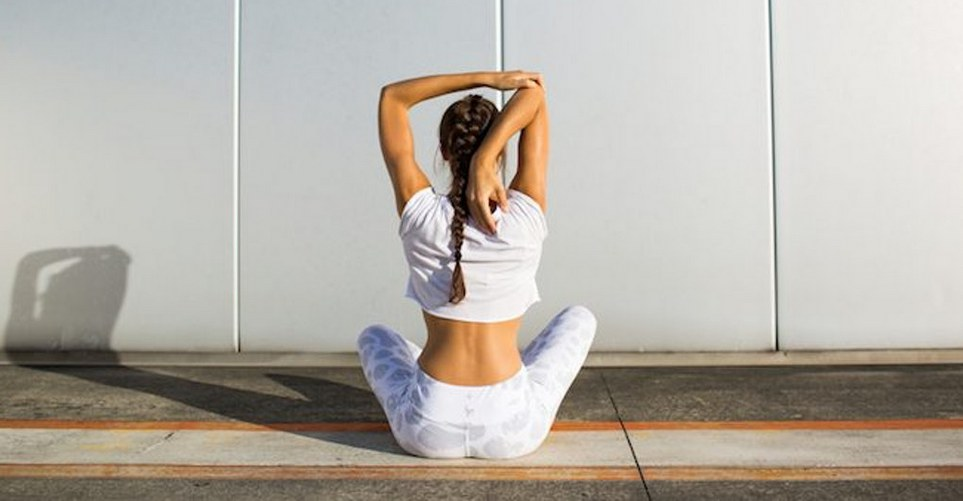 10 QL stretches για να χαλαρώσεις τη μέση σου