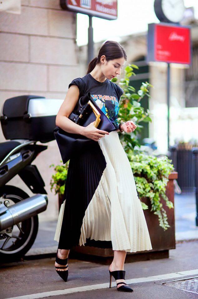 Οι μεταλλικές pleated φούστες είναι μεγάλη τάση φέτος! Ο συνδυασμός τους με ένα χαρούμενο sweater κάνει το σύνολο καθημερινό και οι μεταλλικές γόβες δίνουν έναν εκκεντρικό χαρακτήρα! Τόλμησε το!