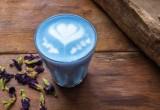 Τί είναι το blue matcha που βλέπεις παντού στο Instagram