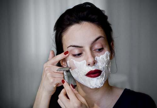 Τι εχουν παθει οι γυναικες και ξυριζουν το προσωπο τους;