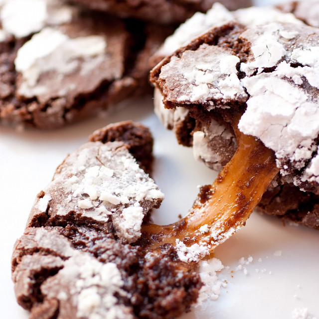 Chocolate Crinkle Cookies με Καραμελα
