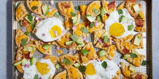 Nachos με αυγά, μπέικον και αβοκάντο για πρωινό
