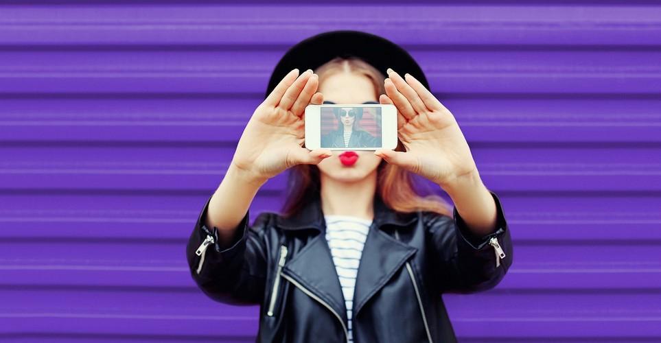 3 βασικά tips για να βγαίνεις όμορφη στις γιορτινές φωτογραφίες