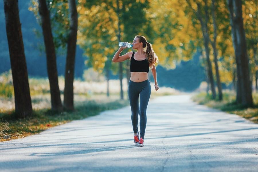 3 τρόποι (και αρκούν) για να αναβαθμίσεις το περπάτημα σε killer workout