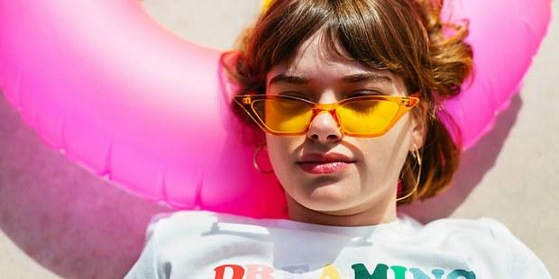4 πράγματα εκνευρίζουν τους millennials στην παραλία