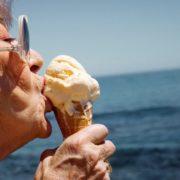 4 τρόποι να γίνεις πιο ευτυχισμένη σύμφωνα με μια 90χρονη