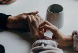 4 πολύτιμες συμβουλές για να υποστηρίξεις μια φίλη που περνά δυσκολίες