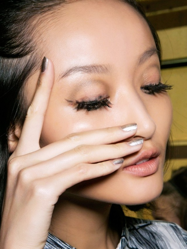 4-unexpected-ways-to-wear-metallic-nails-right-now-1687070-640x0c