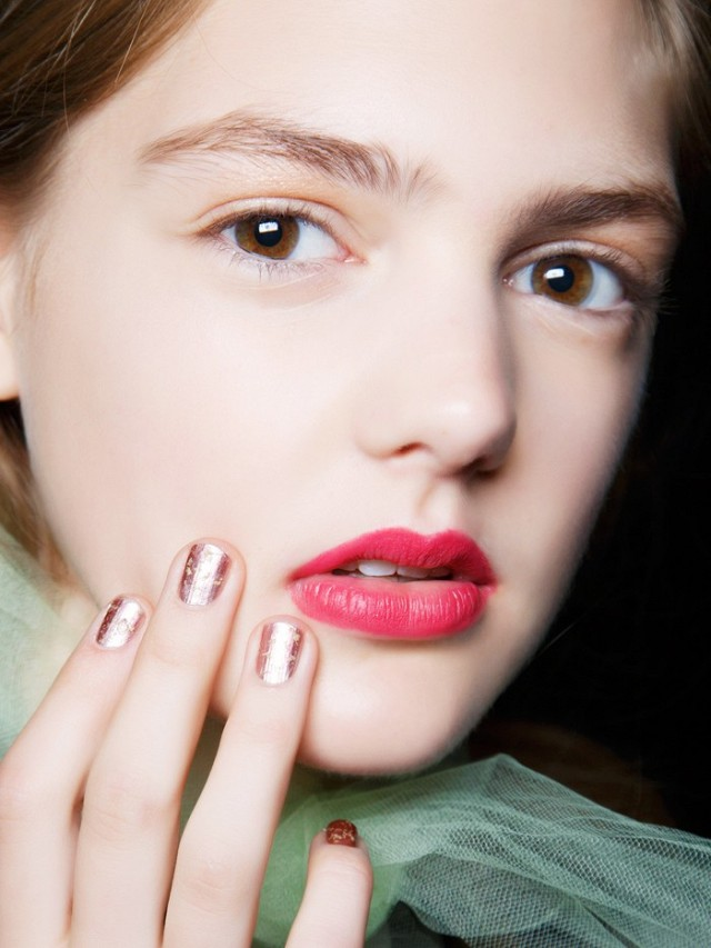 4-unexpected-ways-to-wear-metallic-nails-right-now-1687076-640x0c