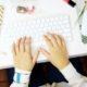 5 εύκολες ασκήσεις που μπορείς να κάνεις στο γραφείο ακόμη και με τα ρούχα της δουλειάς