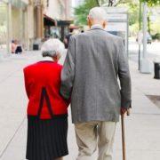 5 πράξεις καλοσύνης που μπορείς να κάνεις για να βοηθήσεις τους ηλικιωμένους στο περιβάλλον σου