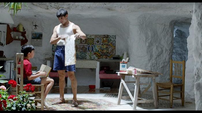 5 ταινίες του Πέδρο Αλμοδόβαρ που θα σε κάνουν να ανυπομονείς για το επόμενο ταξίδι στην Ισπανία