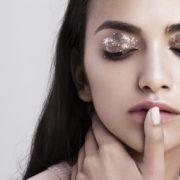5 glitter eyeshadows για να τελειοποιήσεις την τεχνική σου μέχρι τις γιορτές