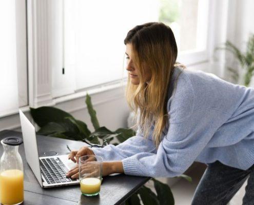 6 stretching προπονήσεις που θα σε ανακουφίσουν από τους πόνους που προκαλεί η δουλειά από το σπίτι