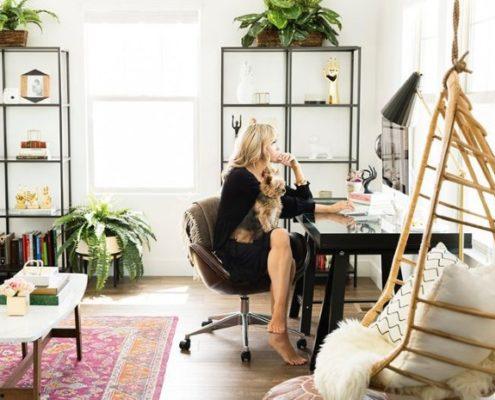 6 τρόποι να διατηρήσεις την ευλυγισία σου αν το γραφείο σου συνεχίζει να είναι το τραπέζι της κουζίνας