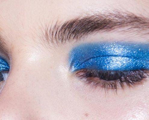 Η μπλε σκιά είναι το απόλυτο beauty comeback στο μακιγιάζ