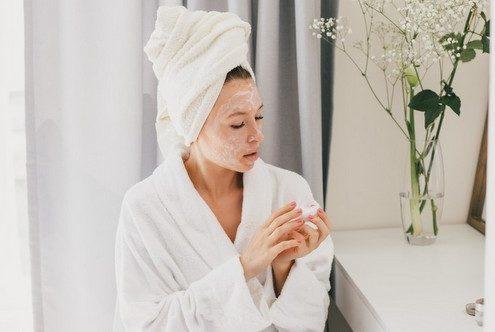 8 λάθη που (πιθανόν) κάνεις όταν καθαρίζεις το πρόσωπό σου