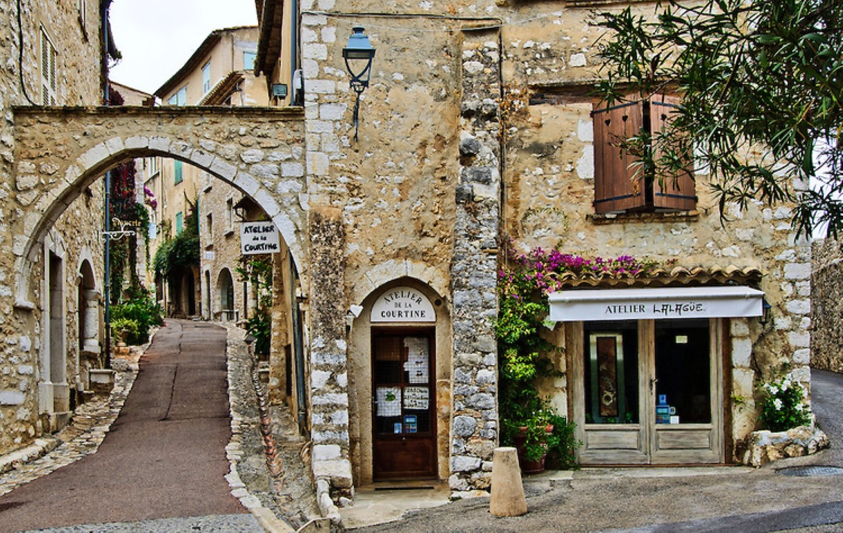 archway-and-street-saint-paul-de-vence-medium