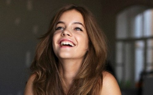 Οι 3 συνήθειες που δεν περίμενες ότι κιτρινίζουν τα δόντια σου