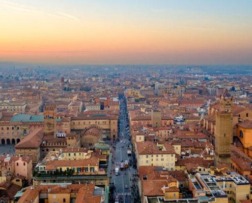 Μπολόνια: Μια παχουλή και μορφωμένη Ιταλίδα ντυμένη στα κόκκινα