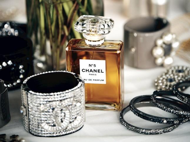 Chanel-No5-Bottle-Lifestyle-Shot