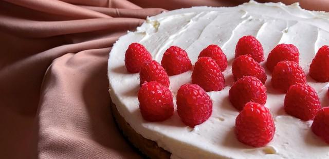 Cheesecake με σπιτική μαρμελάδα raspberry