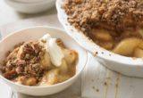 Συνταγή για crumble μήλου που θα συνδυάσεις με το πρώτο παγωτό της άνοιξης