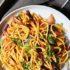 Κάρυ noodles με μπρόκολο και μωβ λάχανο