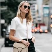 Πώς να φορέσεις ένα λευκό T-shirt ανάλογα με την περίσταση