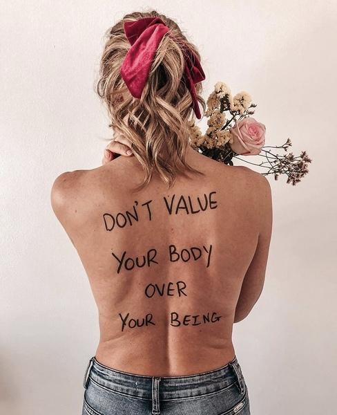 H Danae Mercer γράφει body-positive φράσεις πάνω στο σώμα της κι εμείς ταυτιζόμαστε