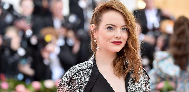 H Emma Stone συναντά τους αδερφούς Safdie στη νέα τηλεοπτική κωμωδία 'The Curse'