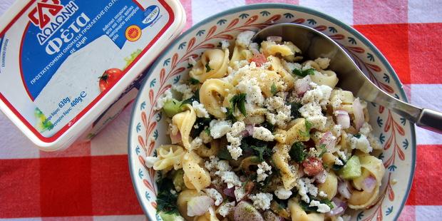 Σαλάτα με τορτελίνι, λαχανικά και φέτα