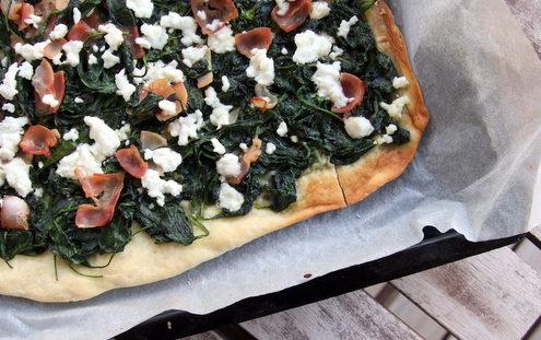 Pizza με λεπτή ζύμη, σπανάκι, φέτα και μπέικον
