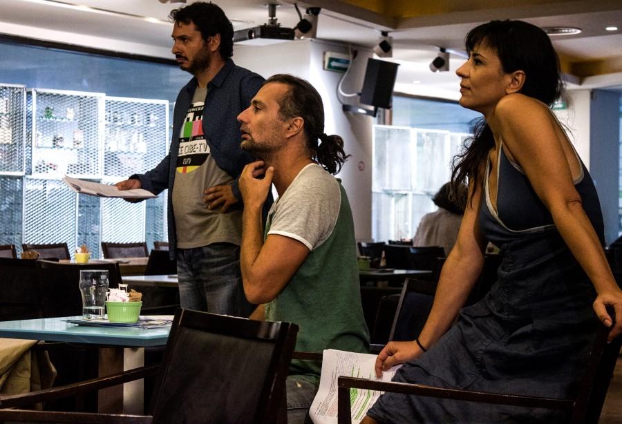O σκηνοθέτης της παράστασης Δημήτρης Πλειώνης πλαισιωμένος από την Αφροδίτη Βέντη (Αλίκη) και τον Δημοσθένη Φίλιππα (Δημήτρης)