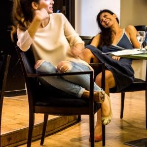 """Η Αθηνά (Κατερίνα Χατζάκη) και η Αλίκη (Αφροδίτη Βέντη) αναρωτιούνται αν πράγματι υπάρχει """"η τέλεια σχέση"""""""